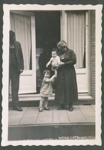 opa en oma op bezoekin amsterdam h h-