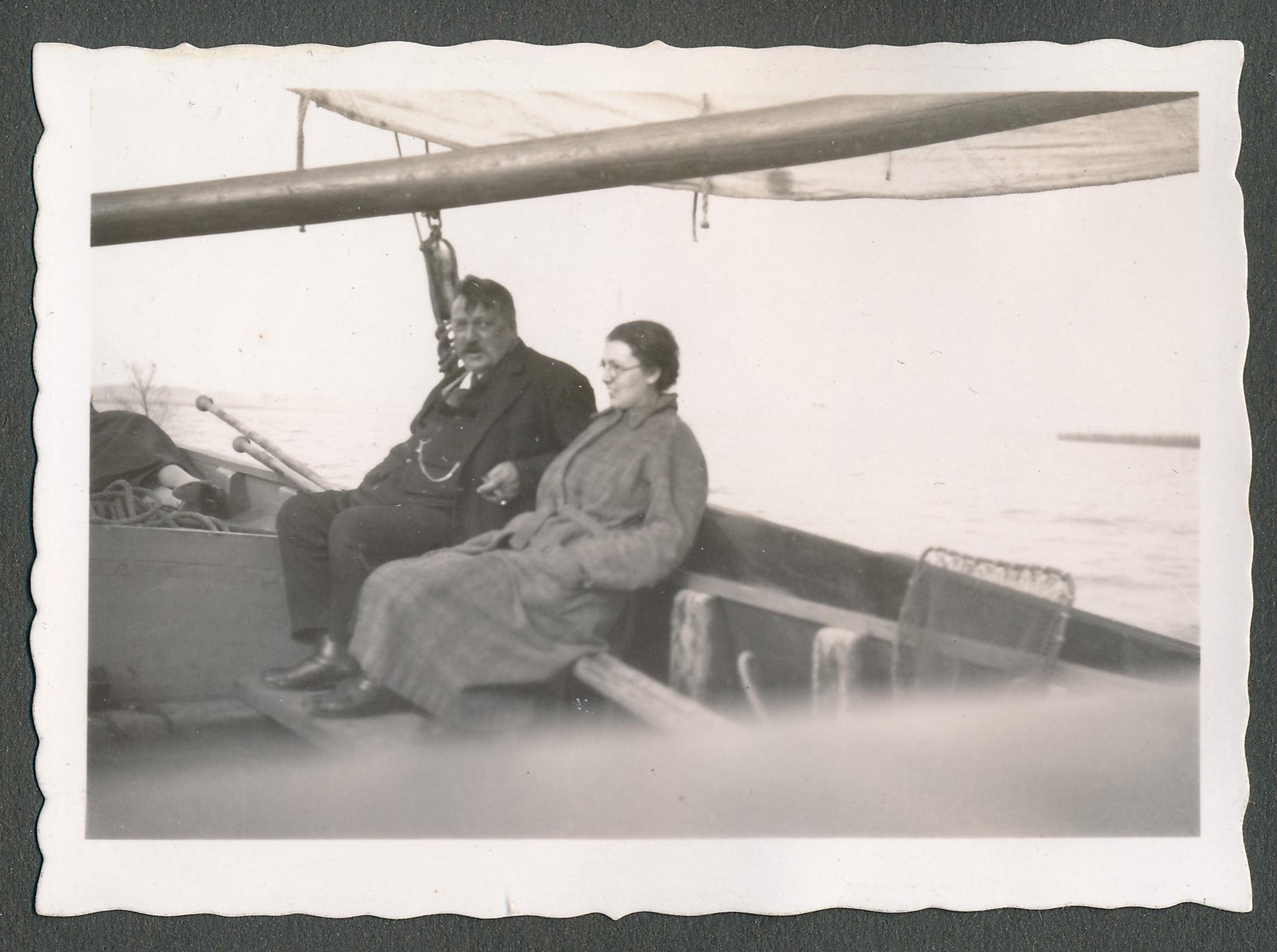 vader met vriendin aan bood van een visser 1934 h2